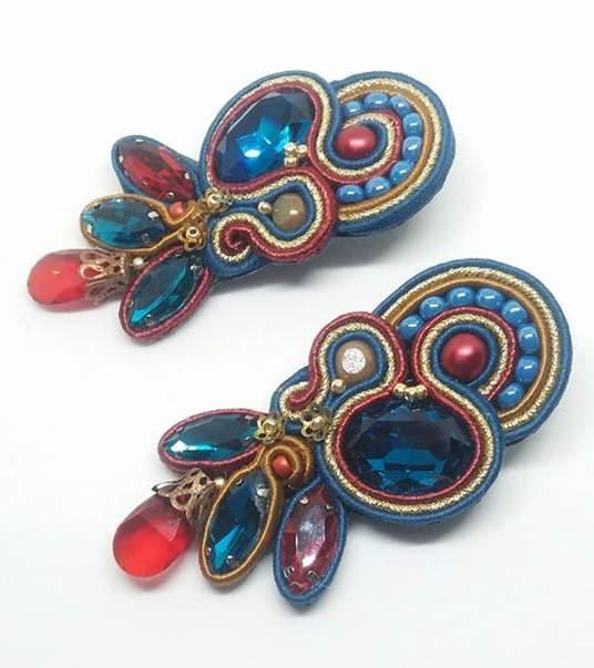 Orecchini in tecnica soutache realizzati in color teal, oro e rosso.