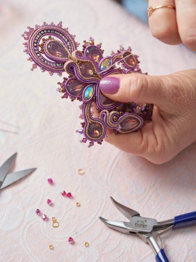 Fase di cucitura di una collana in tecnica soutache.